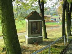 Kostel a hřbitov